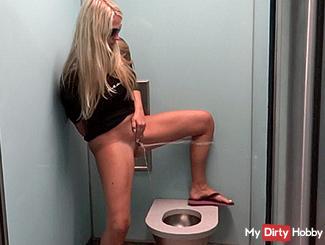 """Full """"Assi"""" toilet full of piss !!!"""