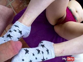 Une belle brune me branle avec ses pieds en chausettes