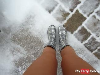 I piss in rubber boots in the snow