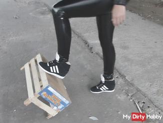 Crushing in hammer geilen wetlook Lack Latex Leggins und high Sneaker