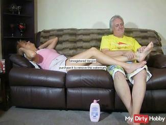 Dimonty gets her feet massarged