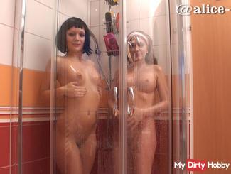 mit Freundin pipi in der Dusche und Seifenspiele