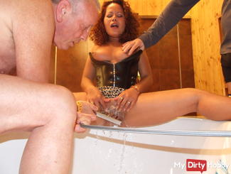 Washing my pussy with piss and orgasm