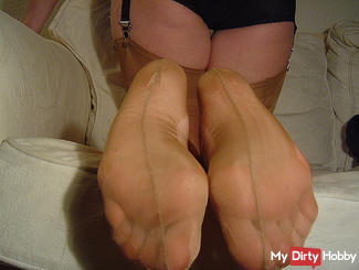 Nylon slaves: Follow my Wichsanleitung skin-colored nylons