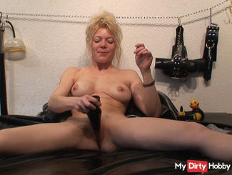 Pussy stretching with Plug