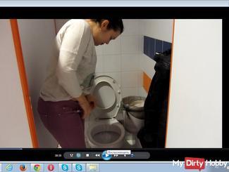 Pissen in der öffentlichen Toilette