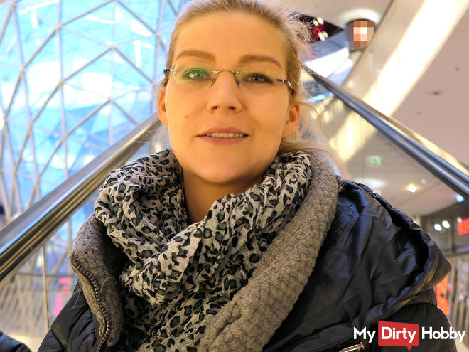 Orgasm in front of strangers in the Frankfurt shopping center