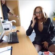 Bürokollegin beim Telefons*x erwischt
