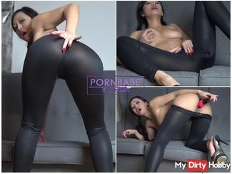 Fetish Babe shows it to you cool in the wet look leggings