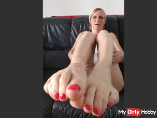 Jerk off with me and my feet together