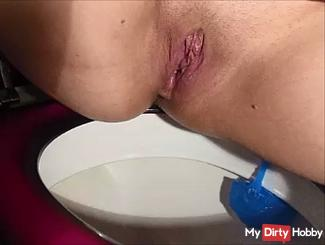 pissing Geil on the toilet