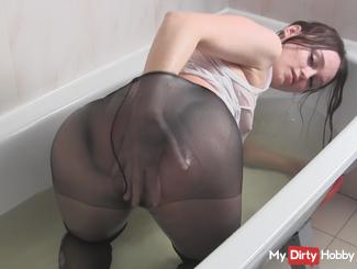 My bathing in the bath in a T-shirt on a naked body and black pantyhose ;)