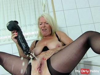 Mega-Squirt with giant dildo !!
