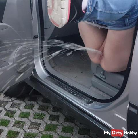 Violent Pissstrahl from the car