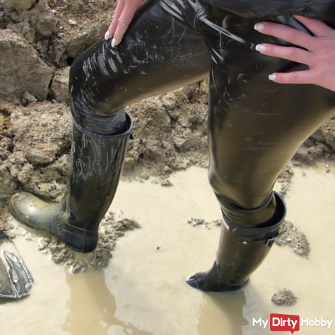 Wellington boots VS down jacket / The end in the mud / gravel pit in wetlook paint leggings