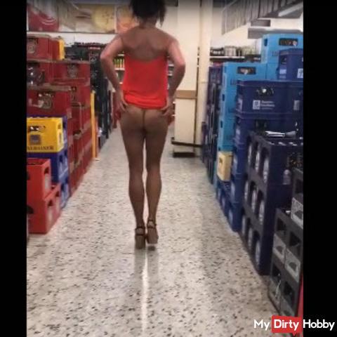 Arsch und Fotze im Getränkemarkt präsentiert