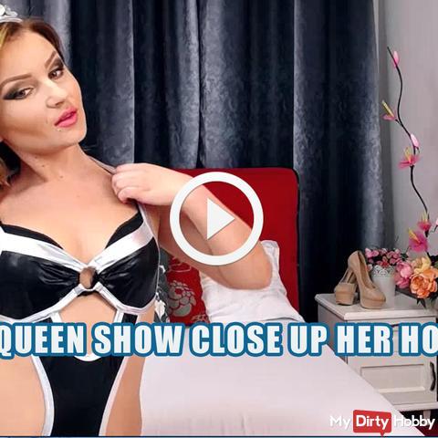 Die Königin zeigt ihre Löcher!