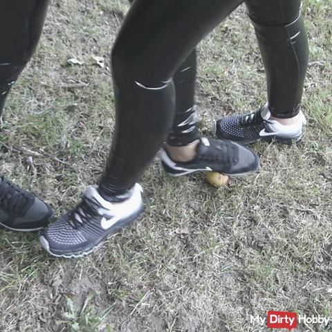 Sneaker Crush Crushing von 2 Girls in Lack wetlook Leggins - smoking