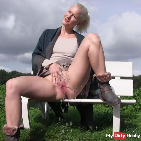 Naughty public PISS !!! ;) Bubbly and GEIL!