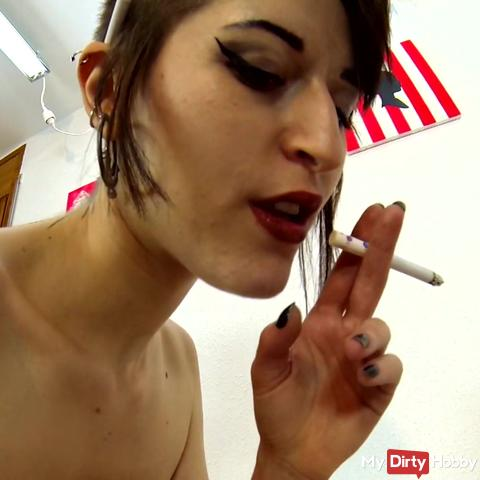 Nerea une jeune russo-espagnole me branle et me suce tout en fumant une clope