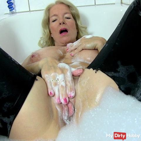Be my voyeur: In paint-fucking pampered in the bubble bath ...