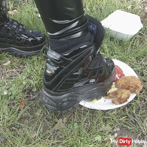 Foodcrushing / Crushing - My buffs take revenge on eating the forest workers / wetlook leggings
