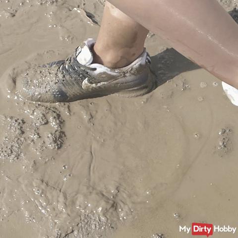Geil Sneaker versauen / vollschlammen crush in Shiny Shorts und FSH Nylons