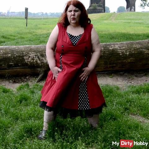 Outdoor pi**en im Retro-Kleid