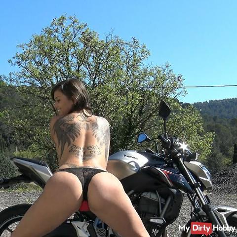 Motarde se met à nue sur un parking
