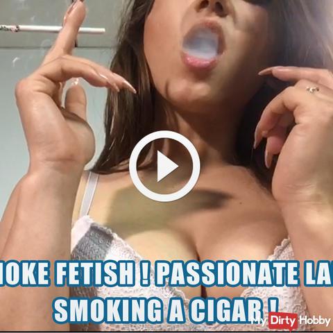 Rauchfetisch! Leidenschaftliche Dame, die eine Zigarre raucht!
