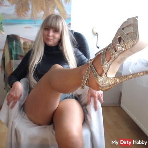 Hot feet in pantyhose ...