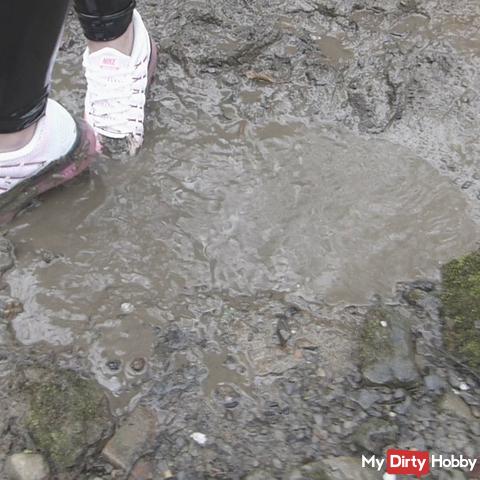 Sneaker werder eingesaut in the mud / Mud / paint wetlook leggings / down jacket