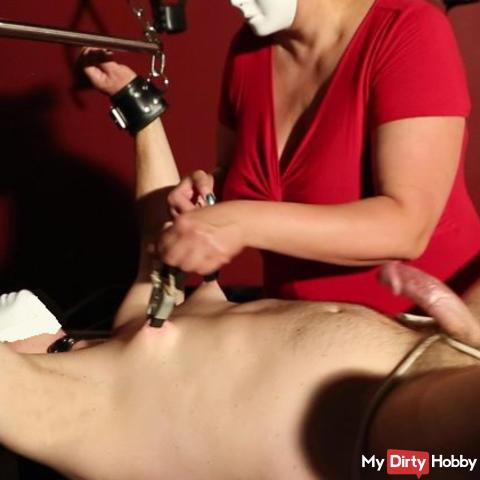 Brustwarzen mit brutalen Klammern & Genitalbondage