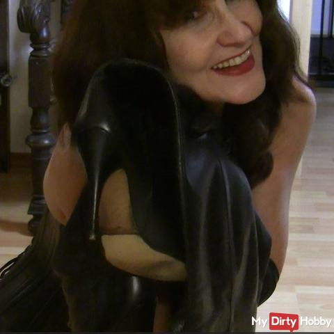Mistress Syrkay introduces herself - The nylon and overknee boots fetishist