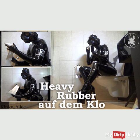 Heavy Rubber auf dem Klo