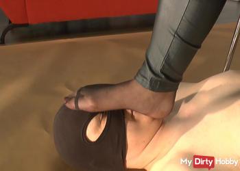 Teasing in Nylons mit menschl.Fußschemel