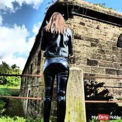 in paint wetlook leggings / leather jacket & Glove