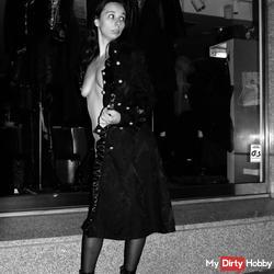 Sklavin Aiyana Nude in Public