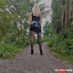 Outdoor in Latex, Nylons und Mega Heels