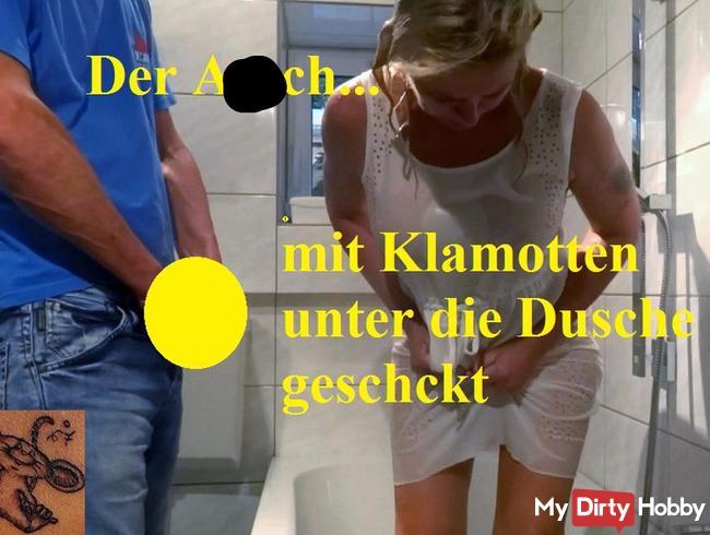 Angezogen unter die Dusche