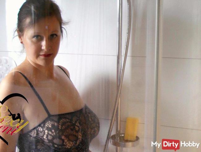 Mit Dessous in der Dusche