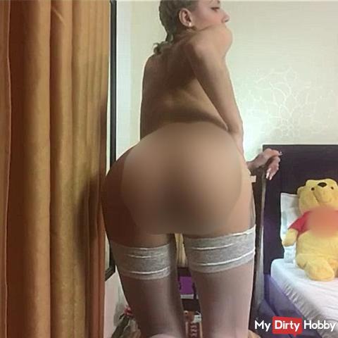Jugendlich blondes mäd**en, das ihren heißen Körper und lö**er darstellt !