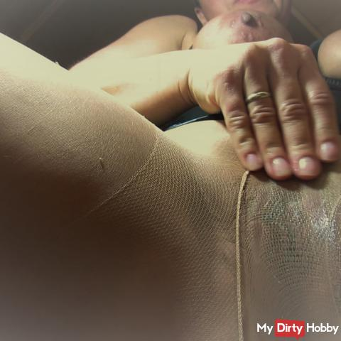 SQUIRTING IN TIGHTS