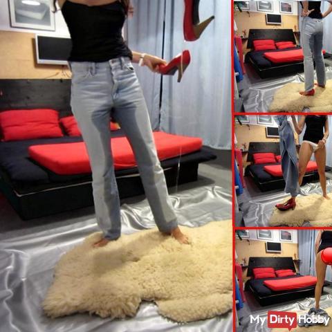 pi** in Jeans, Slip, unten ohne + Pumps auf Schaffell