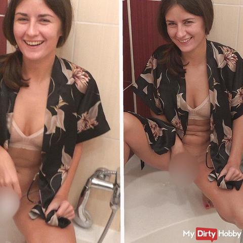 Fröhlich in das Hotelbad gepi**t