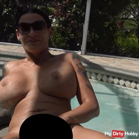 Selbstbefrie***ng nackt im Pool im Urlaub