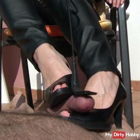 Lieg mir zu Füßen Sklavensau!!