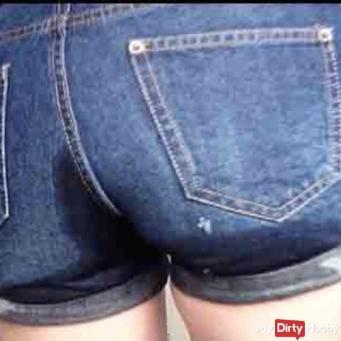 In die Jeans-Shorts Pissen