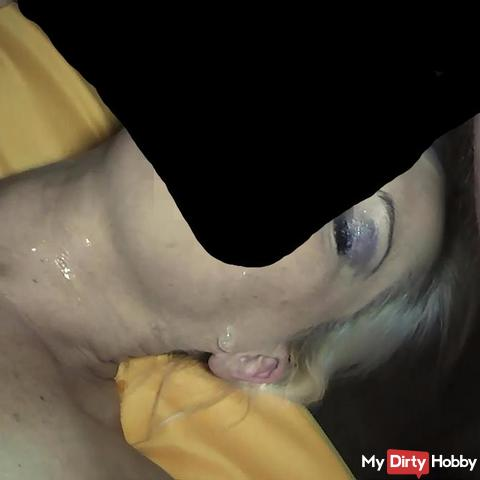 Blondes Gift mit sper*a geflutet