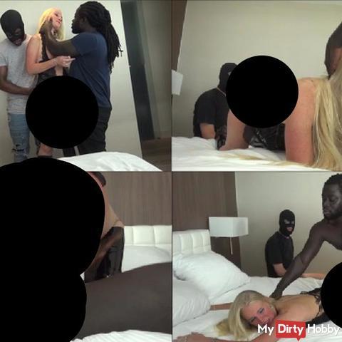Cuckhold Mann schaut zu wie seine Frau von 2 gut gebauten schwarzen Männer gefi**t wird ..(PART I)